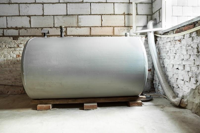 Zbiornik na olej umiejscowiony wewnątrz budynku
