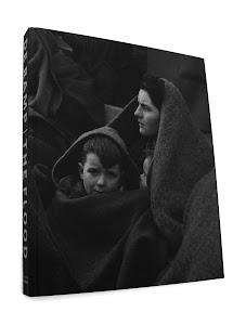zittende vrouw en kind in dekens gehuld