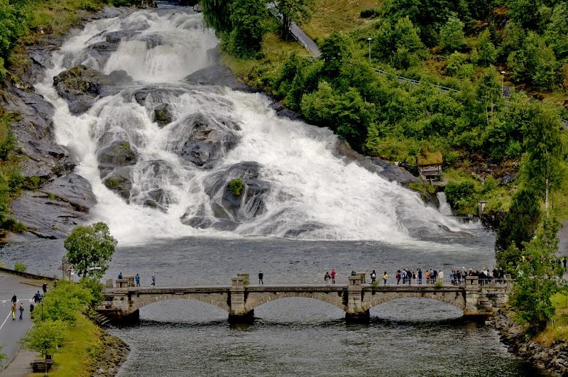 Ai piedi della cascata di Croatti Carlo
