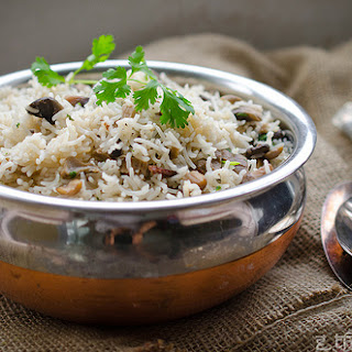 Mushroom Pulao With Roasted Garlic (Handi Dhingri Ka Pulao)