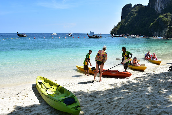 Paddle by kayak around Hong Island