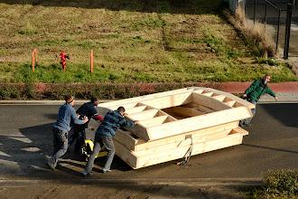 Photo: 06-11-2012 © ervanofoto Met man en macht worden de eerste drie elementen, een heel gewicht, van de boog (gelijkvloers) over de straat getrokken tot bij de kraan.