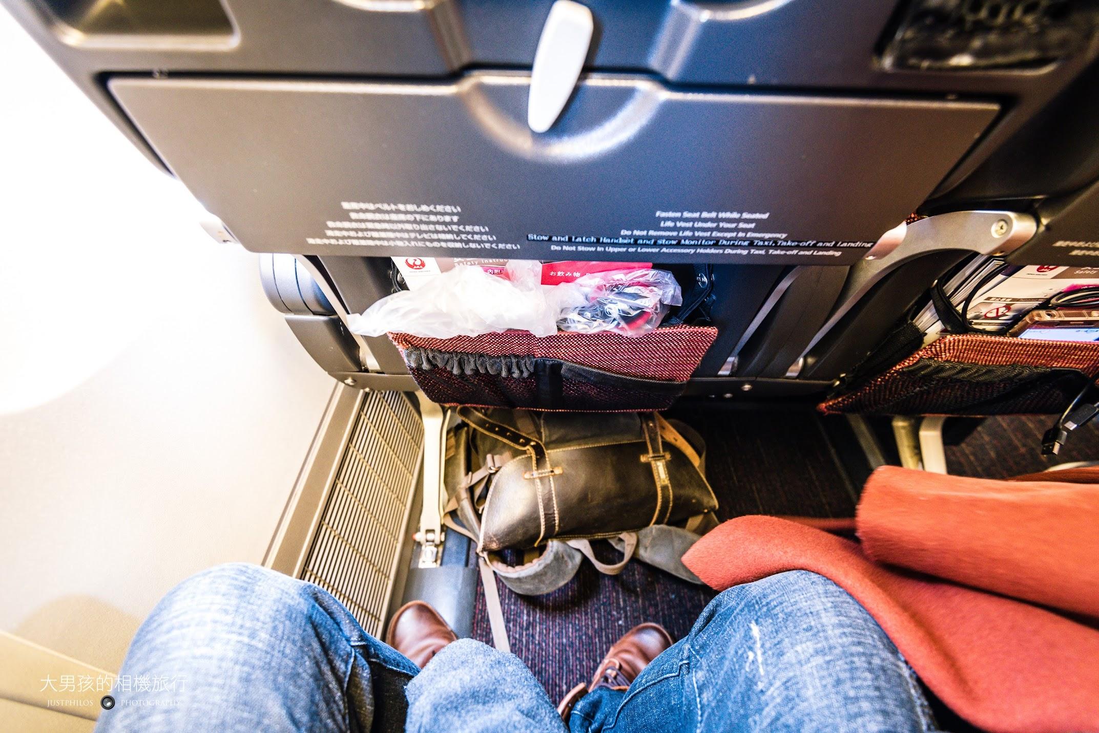 以身高170公分來說,前後椅距的空間十分足夠。