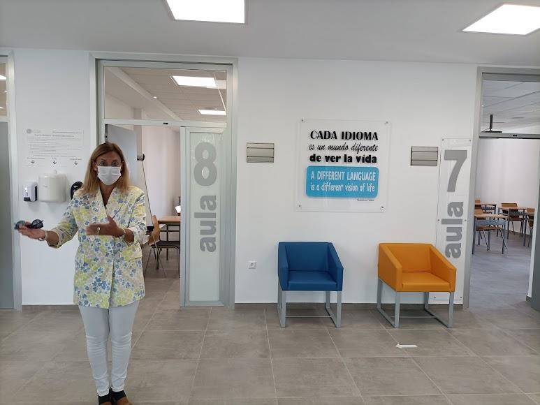 Loreto Cantón enseñando las instalaciones.