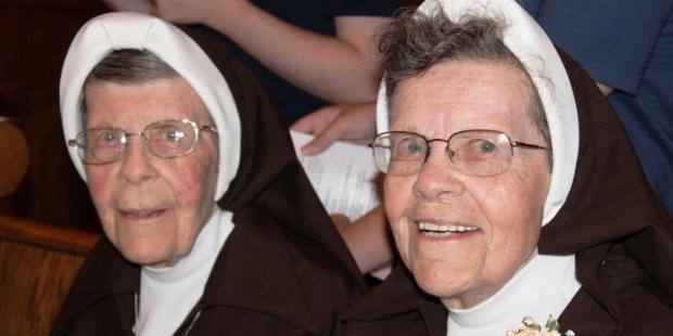 Chị em sinh đôi kỷ niệm 70 năm là nữ tu Phan sinh