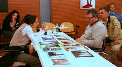 """Photo: Laura MARCOLINI legge il portfolio """"profumato"""" di Renzo BELLOGI"""