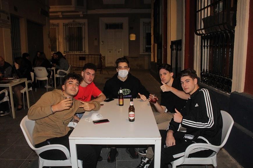 Primera reunión de buenos amigos en la croquetería La Mala, en calle Gabriel Callejón.