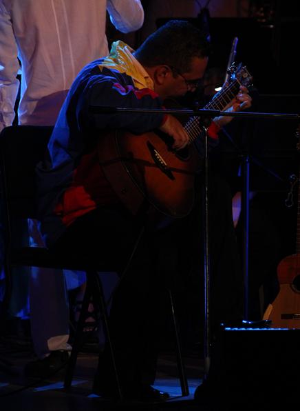 El Maestro Mayneth Espina participó en varias piezas, dirigió y hasta tuvo un solo la noche del evento, que también contó con la participación del Ensamble Infantil de Música Zuliana.