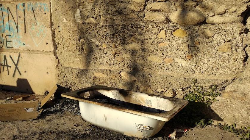 Una mancha negra ha aparecido en el lugar donde anoche se encendía una hoguera.