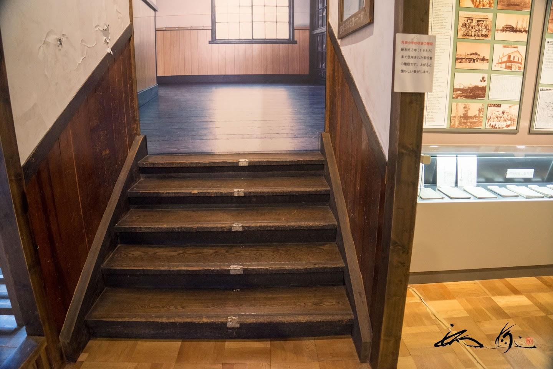 きしむ音が懐かしい階段