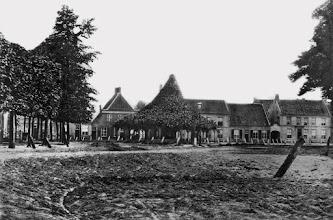 Photo: 1850 - De oudste foto van de Heuvel, daterend van rond 1850. Het poortje tussen de twee panden rechts is de huidige Zwaanstraat. Achter de lindeboom staat nu winkelcentrum Heuvelpoort