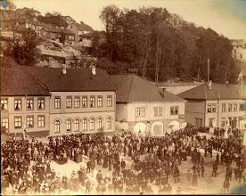 Photo: 17 mai 1884 - toget samles på Jernbanetorget