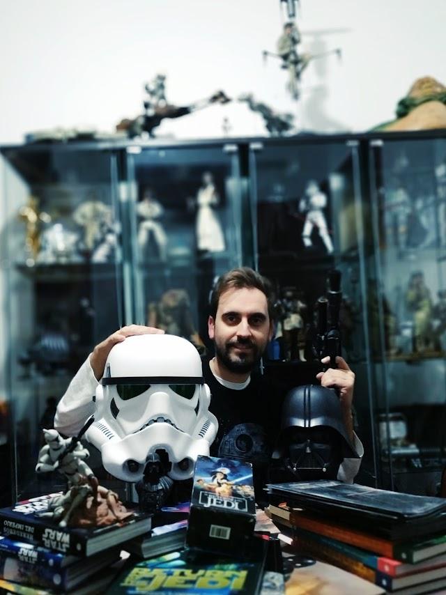 Además de figuras, Alfredo Sánchez-Gimeno colecciona libros, cómics, novelas gráficas y guías visuales de la saga galáctica.