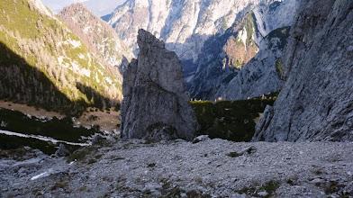 Photo: stezica gre z glavne poti za skalnim osamelcem levo