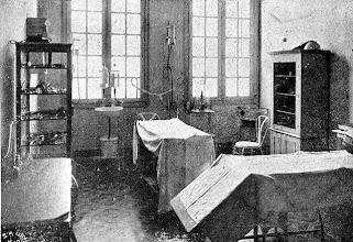 Photo: Interior de um consultório médico. Foto sem data