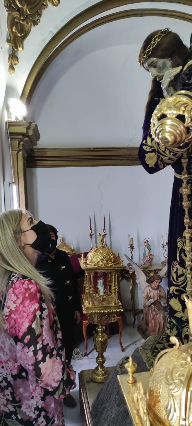 La consejera de Cultura visita la Hermandad de Nuestro Padre Jesús Nazareno.