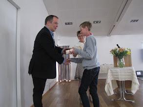 Photo: Björn Hermann Hermannsson fær viðurkenningu frá Sorpeyðingarstöð Suðurnesja, Kölku, fyrir góðan námsárangur í náttúrufræði í 5. bekk.