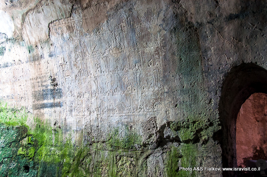 Надпись об окончании строительных работ на стене коридора, спускающегося в Арочный бассейн.