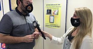Jesús Ibáñez atendiendo a la reportera Mónica Aldehuela de Interalmería en una imagen publicada en las redes sociales de La Trece.