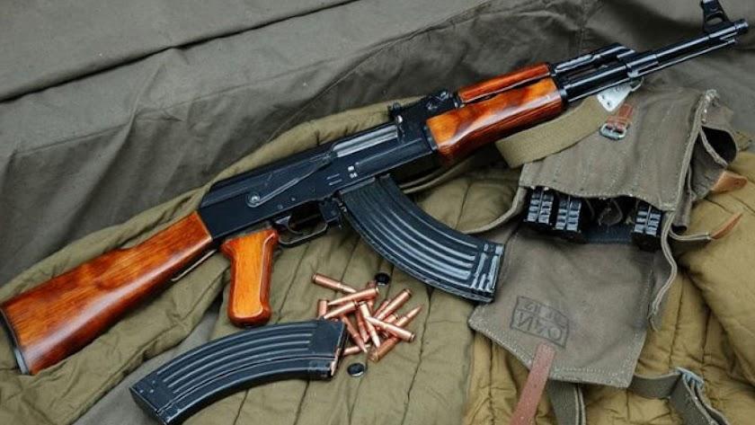 Fusil tipo kalashnikov como los encontrados en la vivienda.