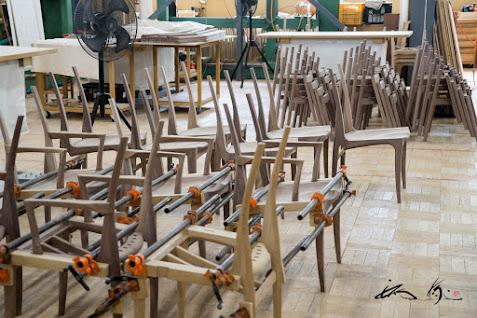 完成を待つ椅子たち