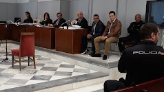 Los sobrinos acusados de presunto asesinato contra su tío, en el juicio.