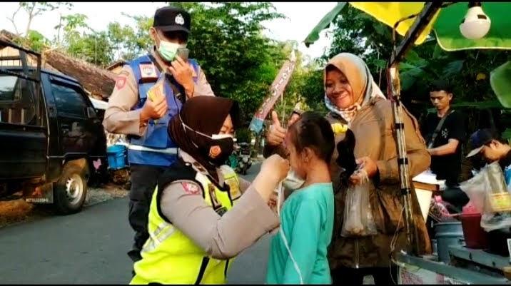Polwan Polres Ponorogo Bagikan Masker Kepada Anak-Anak