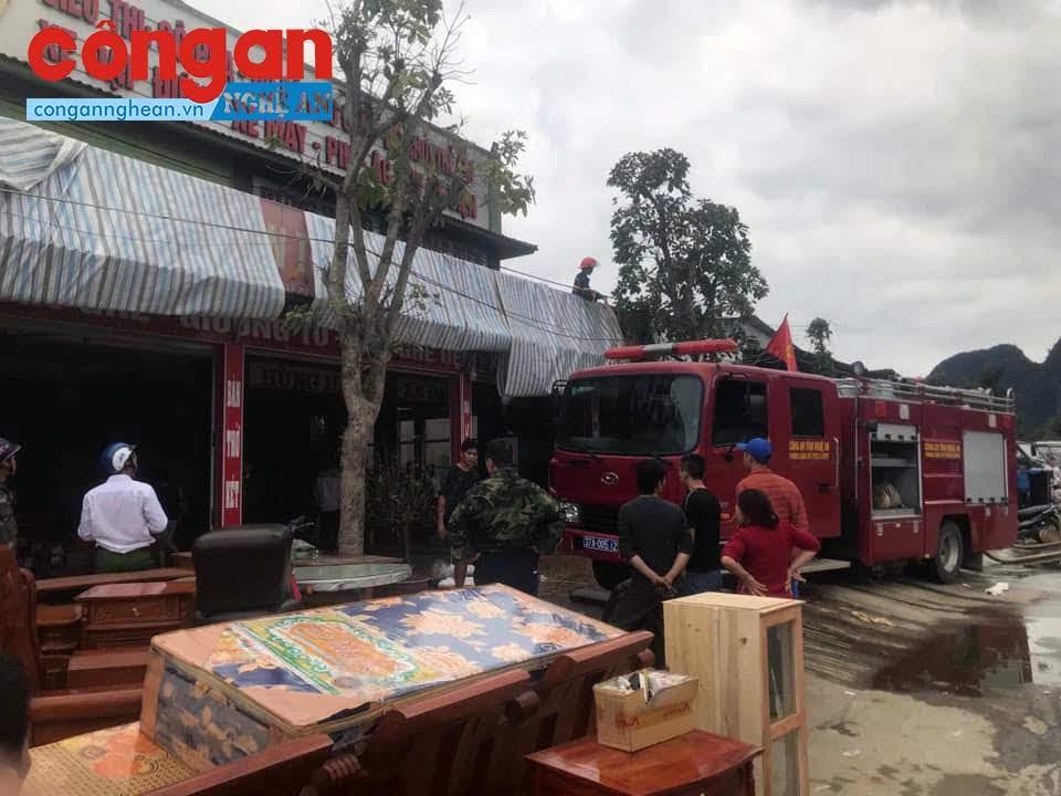 Cảnh sát PCCC có mặt kịp thời để cứu hộ hàng hóa và dập lửa