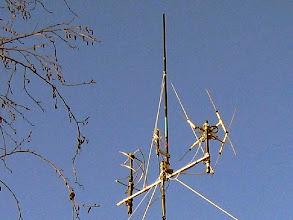 """Photo: La Colineaire 403 dans sa """"canne à pêche"""" avec fixé à sa base la QFH 403Mhz , entre à gauche la QFH 137Mhz et à droite la DCA(Double-Cross Ant.) 137Mhz pour la reception des images meteo APT des sat. NOAA"""