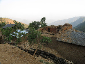 Photo: Casas afectadas por el terremoto en la aldea de Khalte, distrito de Dhading.