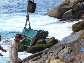 Photo: Descarregando o material que foi de barco