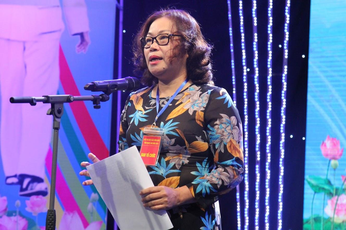 Đồng chí Nguyễn Thị Thu Hường, Ủy viên BTV, Trưởng ban tuyên giáo Tỉnh ủy, Trưởng ban Tổ chức hội thi phát biểu tại lễ khai mạc