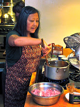 Photo: Kasma demonstrates how to make a good massaman curry sauce