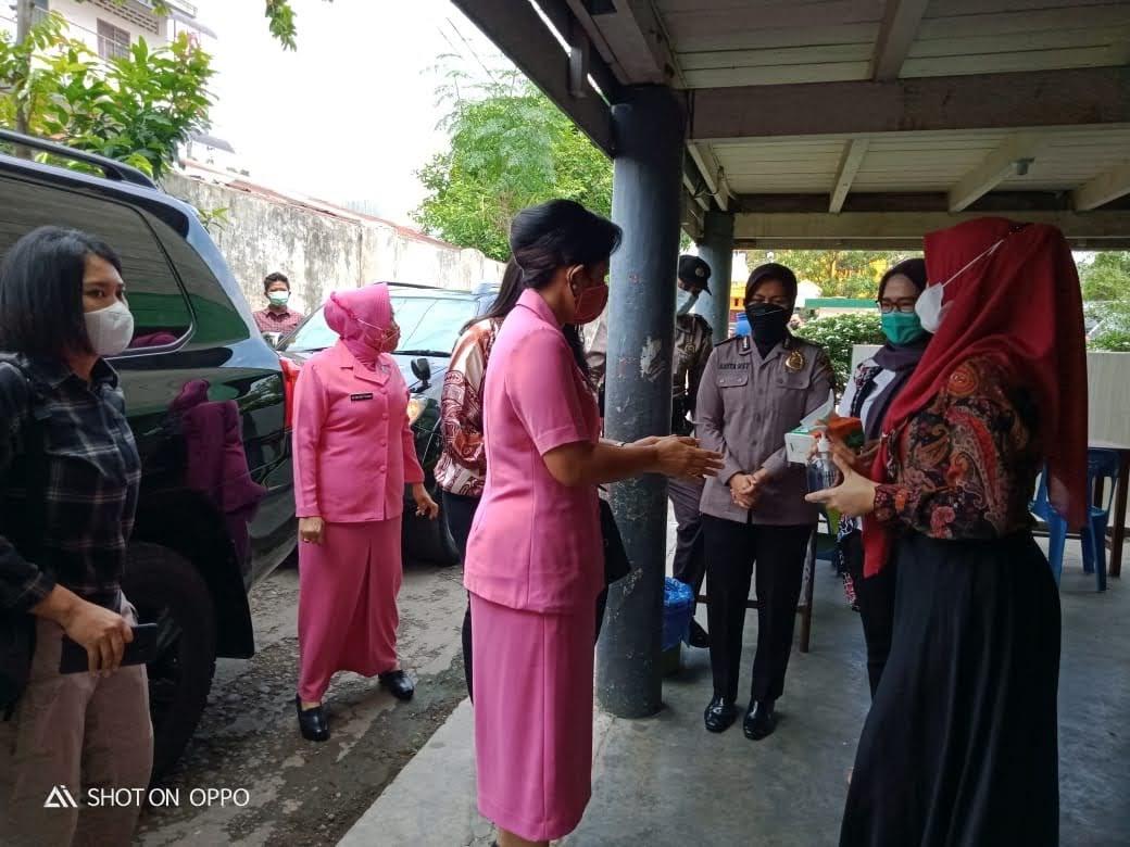 Ketua PD Bhayangkari Sumut Berikan Santunan ke Panti Asuhan Darul Aitam