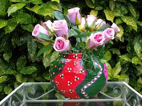 Photo: Roze/groen/rood vaasje met roosjes