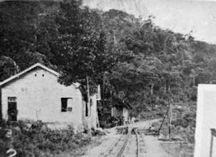 Photo: Estação do Meio da Serra. Esta construção ainda existe, mas está completamente abandonada. Foto do final do século XIX
