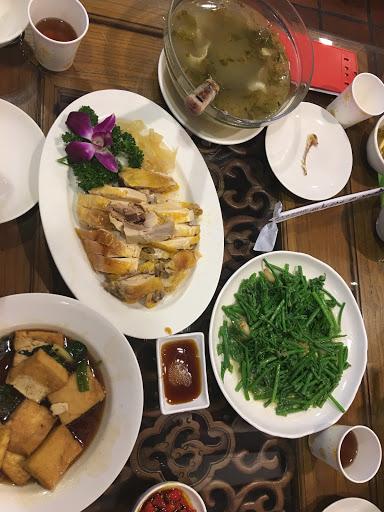 雞肉跟龍鬚菜都點大份的 再搭上客家的福菜豬肉湯... 四人份量剛剛好⋯⋯ 真的很道地客家料理