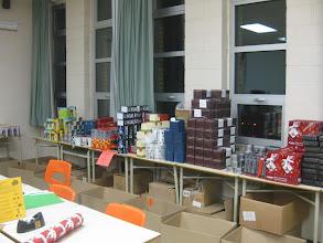 Photo: On sort les cadeaux des boîtes.