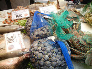 Photo: I love how they sell clams and mussels in Italy. Wish we could get them this way!