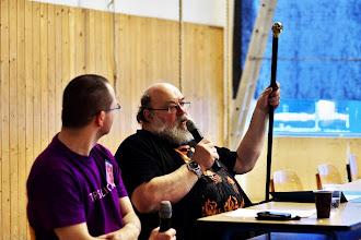 Photo: Jan Kantůrek předvádí svou vycházkovou hůl, která existuje jen ve třech kusech a jeden z nich vlastní sám Terry Pratchett.