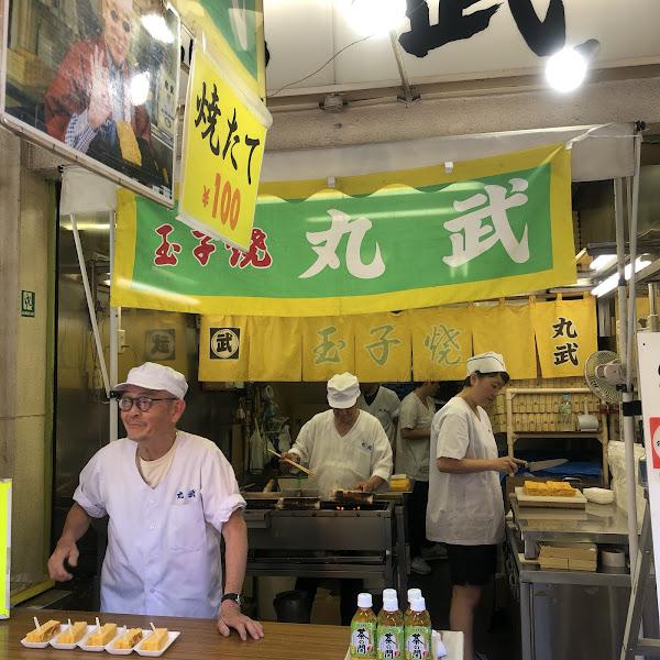 築地市場的有名玉子燒  玉子燒(100日圓):吃起來很甜,然後蛋的味道很濃郁。其實應該要趁熱比較好吃,但是店家一次都做很多起來放,所以我們吃到的都是冷掉的玉子燒。冷掉的玉子燒就不好吃了,因為外層會變硬