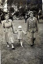 Photo: Aaltje Speelman-Gortmaker met jannie en Hillie