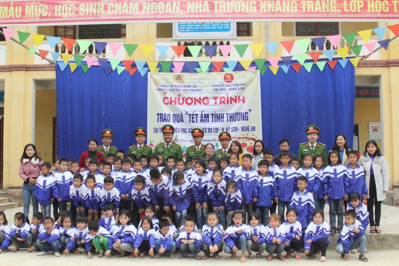 Phòng CSMT chụp ảnh lưu niệm với giáo viên và học sinh