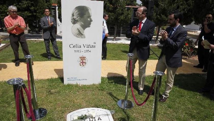 El alcalde de Almería, Luis Rogelio Rodríguez Comendador, y el concejal Carlos Sánchez, tras descubr