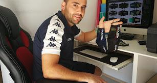 El ejidense José Liria, gerente de Warrior Sport Bikers,  ante el ordenador donde diseña y customiza las mascarillas.