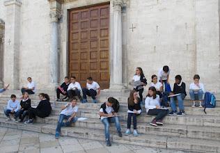 Photo: It.s1P22-141011élèves en cours appliqué de l'art, parvis cathédrale St Sabin à Bari  IMG_6163
