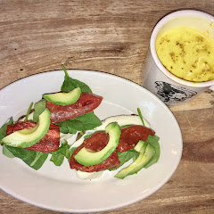 Toast with spinach ... & turmeric latte