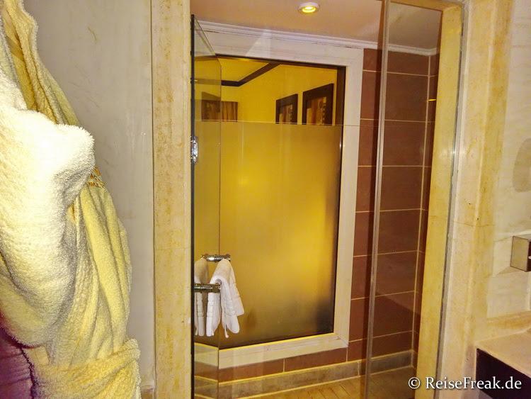 Große Dusche. Nicht bodengleich: Eine geschätzt 20 cm hohe Schwelle muss überstiegen werden.