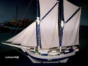 Photo: Perahu layar Pinisi (miniatur). http://nurkasim49.blogspot.nl/2011/12/ii.html