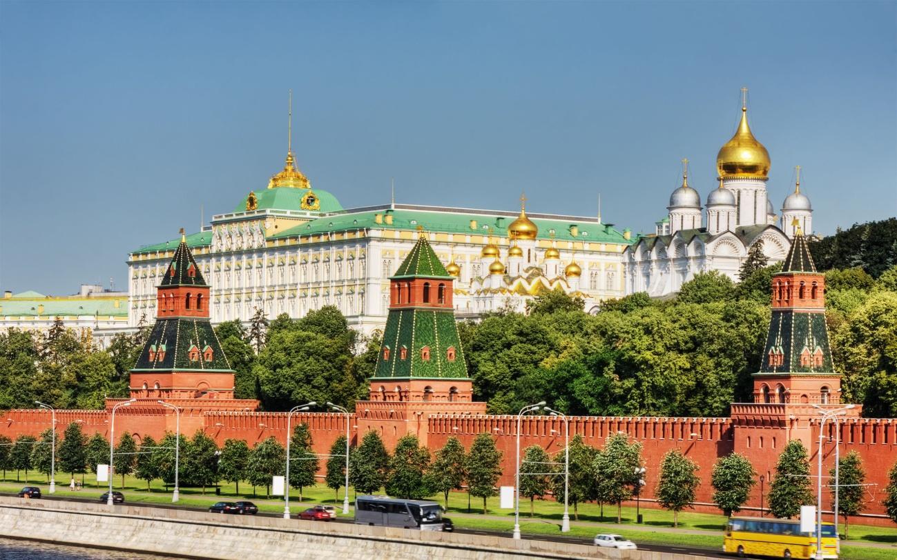 https://elrincondelruso.files.wordpress.com/2014/12/muralla-del-kremlin-de-moscc3ba-wallpapers_39352_2560x1600.jpg